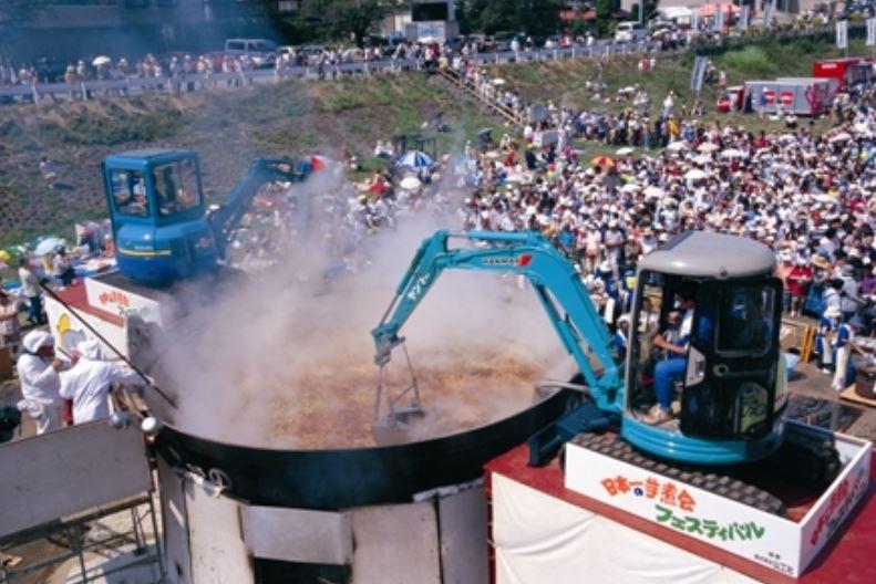 気になったニュース>山形市の芋煮会で使う重機は毎年新品で油圧は食用油やバターを使用